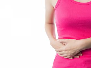 medicína žena břicho bolest žaludek stomie