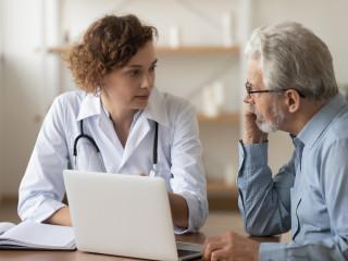 starší muz rozhovor u lekarky