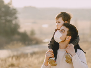 covid maska otec syn rodina procházka