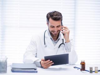 medicína_muž_doktor_lékař_tablet_mobil_úsměv_ordinace_elektronika