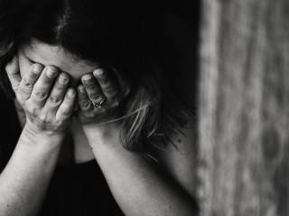 bolest_smutek_stesk_zena_litost_deprese_strach
