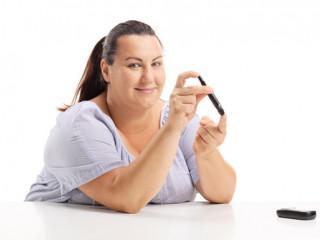 žena s nadváhou si měří glukometrem inzulin