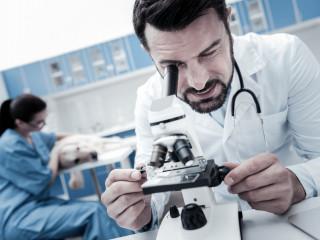 veterinar_pracuje_s_mikroskopem