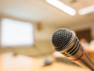 mikrofon seminář konference přednáška edukace