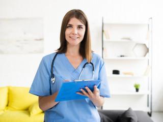 sestra doktor žena medicína úsměv konzultace vyšetření ordinace