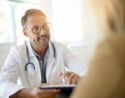 Lékař vysvětluje pacientce v ordinaci