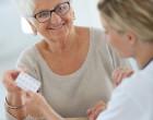 Starší pacientka u lékařky si bere léky