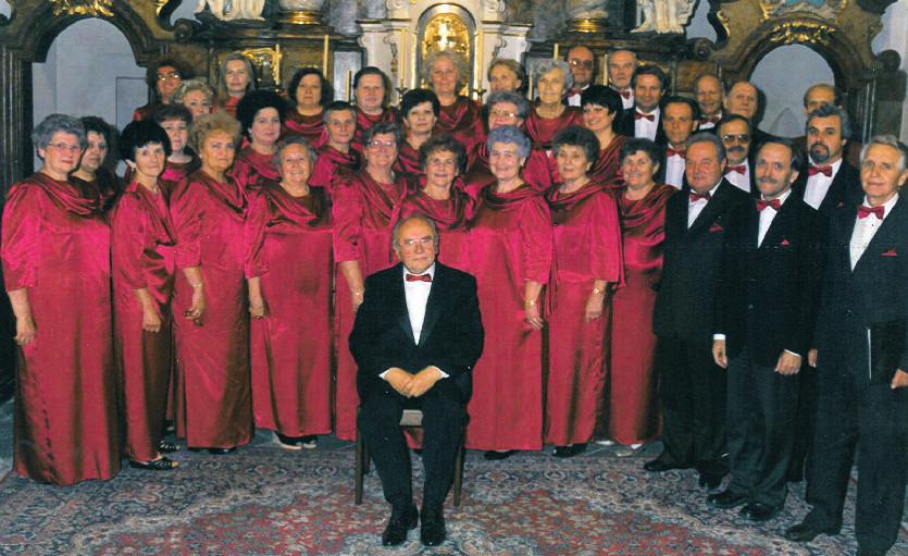 Pěvecký sbor Slavoš se sbormistrem V. Lemonem ve svém středu