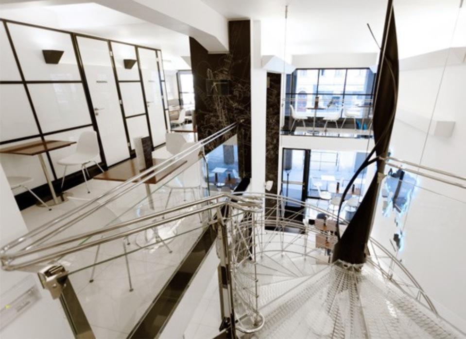 Současná tvář Lékařského domu – designový interiér kavárny z dílny architekty Evy Jiřičné.