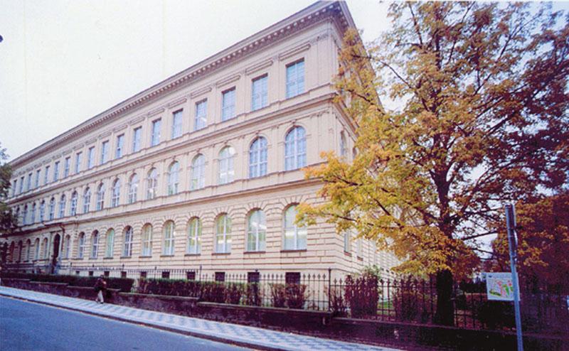 Budova děkanátu 1. LF UK v Kateřinské ulici (Praha 2), kde vznikla v roce 1911 první experimentální psychologická laboratoř v historických zemích Čech, Moravy a Slezska
