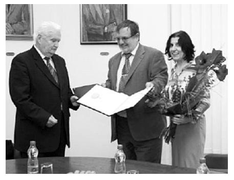 Prof. Jozef Čižmárik (vľavo) preberá Ilkovičovu plaketu z rúk podpredsedu SAV doc. Alberta Breiera; vpravo prof. Daniela Ježova