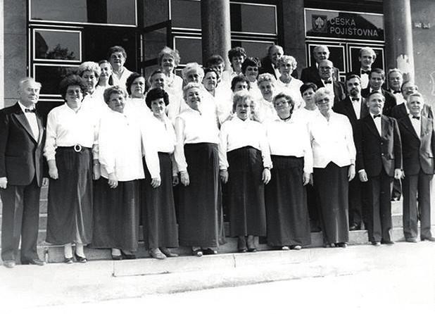 Pěvecký sbor Slavoš (4. 5. 1995) se sbormistrem V Lemonem (první zleva)