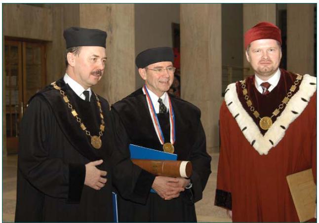 Profesor D. Pacík (přednosta Urologické kliniky Masarykovy univerzity a promotor), profesor P.C. Walsh, Profesor P. Fiala (rektor Masarykovy univerzity) – zleva doprava.