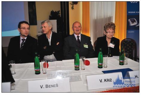 Zahajovací představenstvo konference: (zleva) MUDr. E. Bláha, prof. MUDr. V. Beneš, DrSc., doc. MUDr. V. Kříž, MUDr. H. Hornátová.