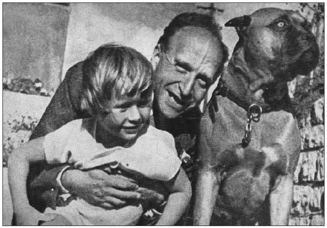 František Langer se synem na zahradě své vily v Podolí.