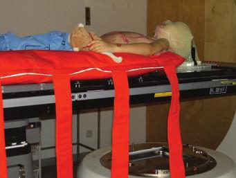 Ozařování kraniospinální osy v supinační poloze na zádech.