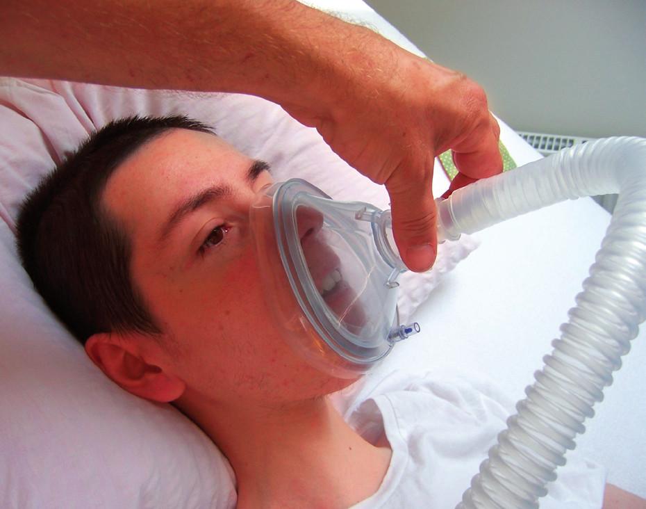 CoushAssist – aplikace přes obličejovou masku u nemocného s Duchennovou svalovou dystrofií (se souhlasem pacienta).
