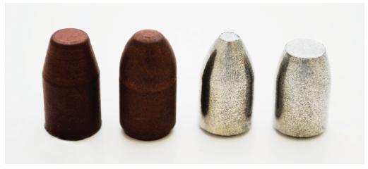 Různé druhy pistolových střel frangible v ráži 9 mm Luger; zleva 2 střely vyrobené z měděného prášku, vpravo 2 střely vyrobené ze železného prášku.