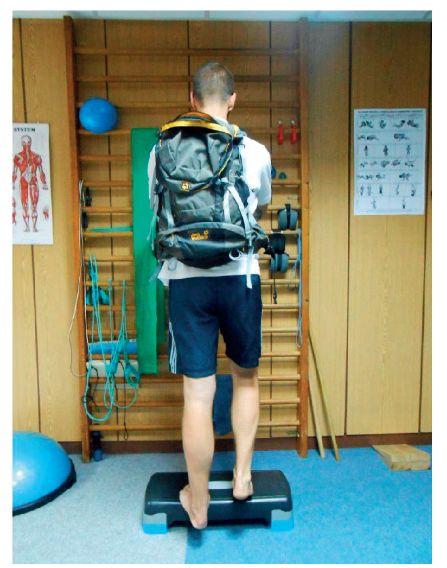 Excentrický tréning pri tendinopatií achilovej šľachy s prídavnou záťažou.