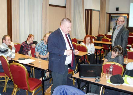 Obr. 2. Prim. MUDr. Jan Mečl a prim. MUDr. PharmDr. Jan Dvořák při prezentaci kazuistiky v rámci workshopu (Liberec, 23. 2. 2016) Fig. 2. Head physician Jan Mečl, M.D. and head physician Jan Dvořák, M.D., PharmDr. presenting a case report at the workshop (Liberec, 23 February 2016)
