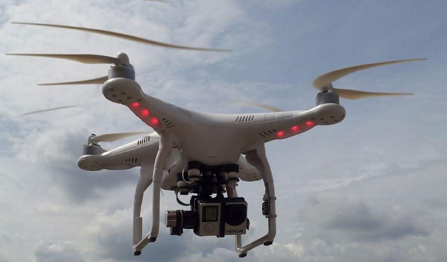 Dron se 4 rotory a upevněnou digitální kamerou