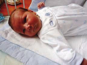 Zdravý novorozenec, chlapec narozený pacientce s ISZ v graviditě léčené adalimumabem