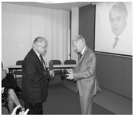 Při příležitosti životního jubilea obdržel emeritní primář chirurgického oddělení Nemocnice v Semilech MUDr. Georgios Karadzos (vlevo) za svoji práci pro chirurgický obor Maydlovu medaili.
