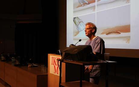 Prof. Bergman během své přednášky v kongresovém sále IKEM. Fig. 2. Prof. Bergman speaking at Congress center in IKEM.