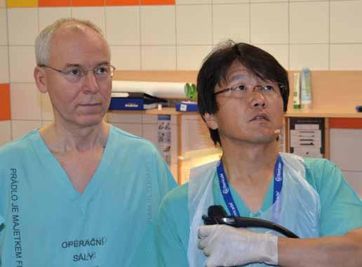Soustředění profesoři Hironori Yamamoto a Stanislav Rejchrt při endoskopickém výkonu. Fig. 1 Professors Hironori Yamamoto and Stanislav Rejchrt concentrate at an endoscopic intervention.