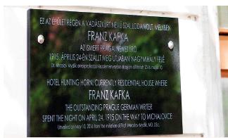 Pamätná tabuľa Franzovi Kafkovi v Sátoraljaújhelyi na budove bývalého hotela Lovecký roh, t.č. obytného domu, Námestie Kossutha 12