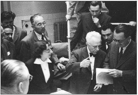 Schůzka patologů v Brně v roce 1950. Zprava: Šikl H., Vortel V., Neumann V., Hub M., Benešová D., Fingerland A.