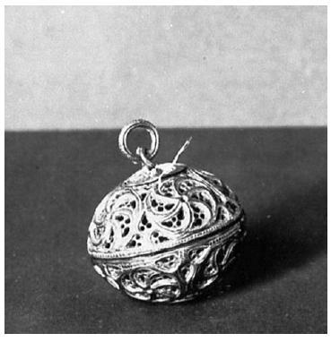 Drahé pomandery se vyráběly ze zlata nebo stříbra a byly často bohatě zdobeny drahými kameny