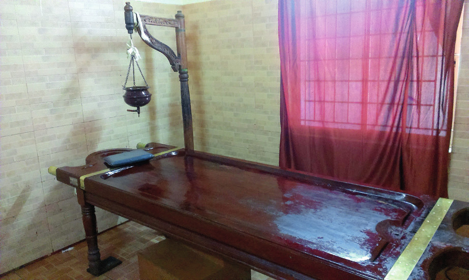 Masérsky stôl na abjangu a shirodharu.