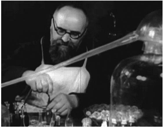 Fr. Christinus Jonáš při adjustaci kapucínského balzámu (foto podle filmu z roku 1938)