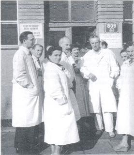 Prvý kardiologický kurz aprvá atestácia z kardiológie. Zľava: MUDr. P. Jerie, MUDr. J. Eiseltová, MUDr. K. Pronay, MUDr. M. H. Hermanová, prof. MUDr. J. Brod, DrSc., MUDr. M. Takáčová.
