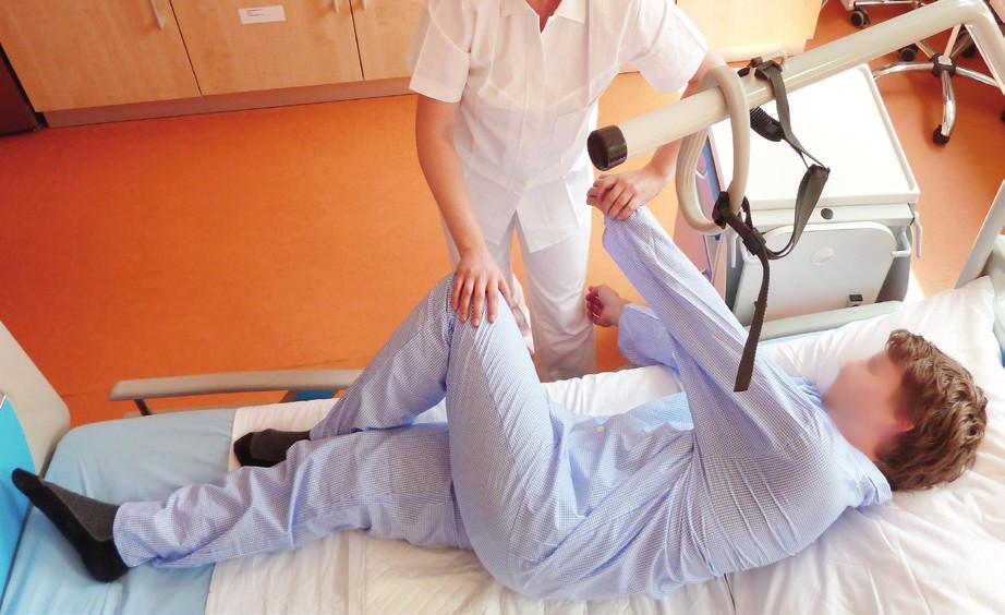 Zcela nevhodný a bolest provokující je boční tlak ruky na koleno nemocného a tah za horní končetinu.