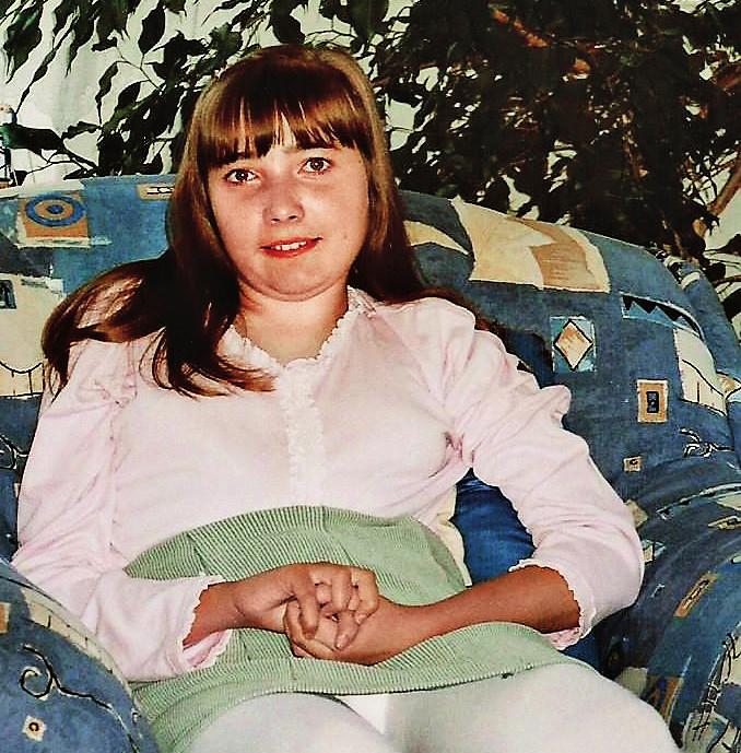 Dívka s Rettovým syndromem, 17 let, mycí pohyby rukou, výrazná skolióza, imobilita.