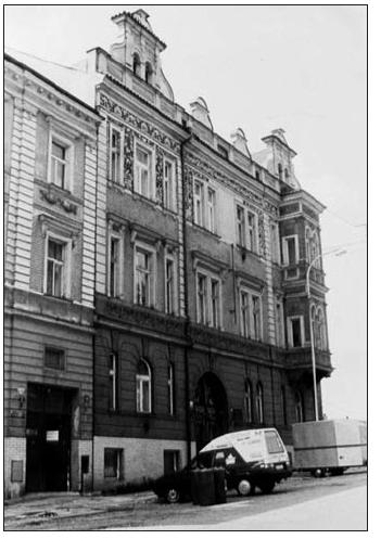 Dům v Praze Na Nikolajce 15, kde MUDr. Hlaváč bydlel. Na domě je umístěna pamětní deska
