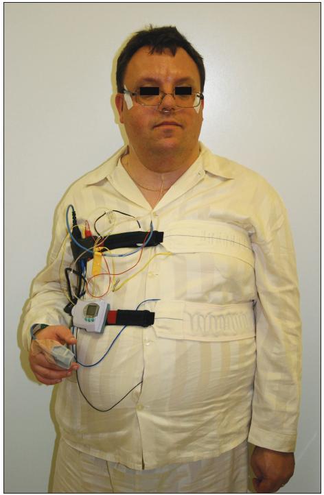 Pacient připravený k vyšetření limitovanou polygrafií.