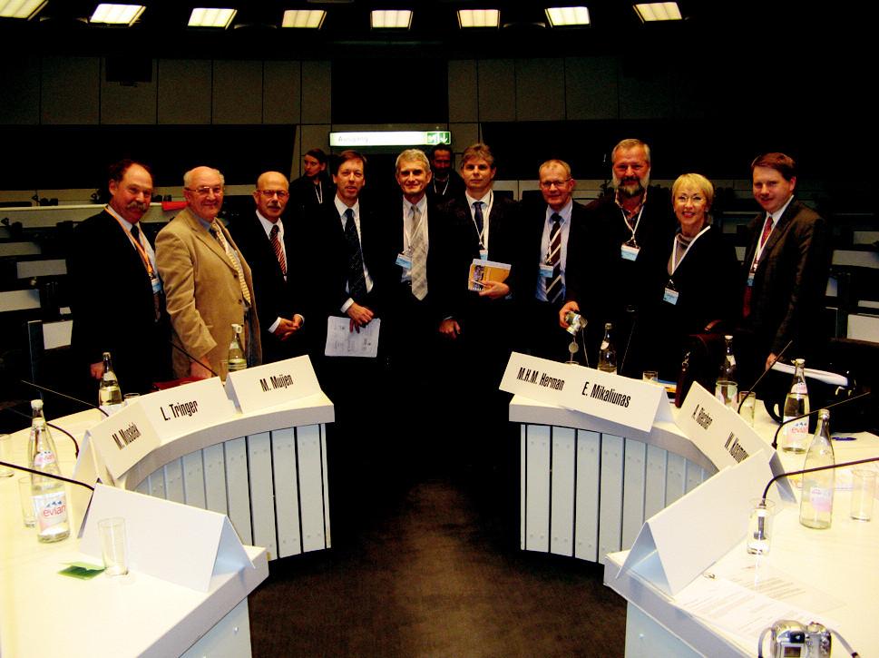 Forum European Leaders. Zleva: M. Mussalek, L. Tringer,W. Gaebel, M. Muijen, J. Raboch, P. Knapen, M. Hermans, E. Mikaliunas, W. Strick, W. Kosmowski v supermoderním sále IIC v Berlíně 21. 11. 2007.