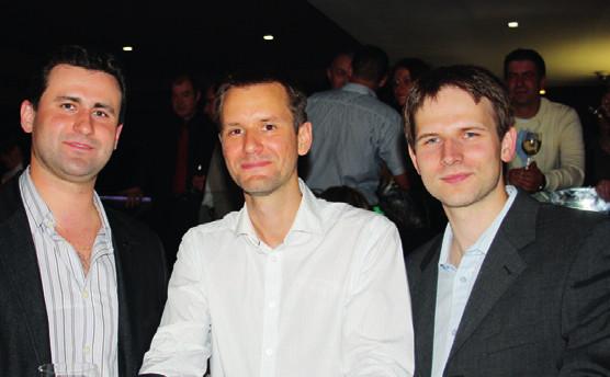 Zleva: předseda sekce rezidentů SUS dr. Kubas (Banská Bystrica), předseda sekce rezidentů ČUS dr. Čapoun (VFN, Praha) a dr. Tešla (Košice) při setkání v rámci společenského večera