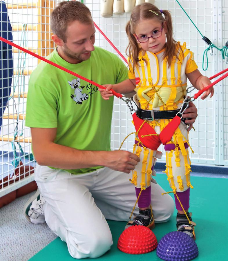Ukázka kombinace vlivů propriocepčních a kinezioterapie fyzioterapeuta.