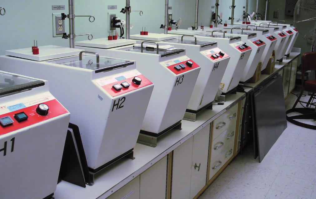 Baterie promývacích automatů na deglycelorizaci Haemonetics ACP-115 – první plně automatické zařízení tohoto typu.