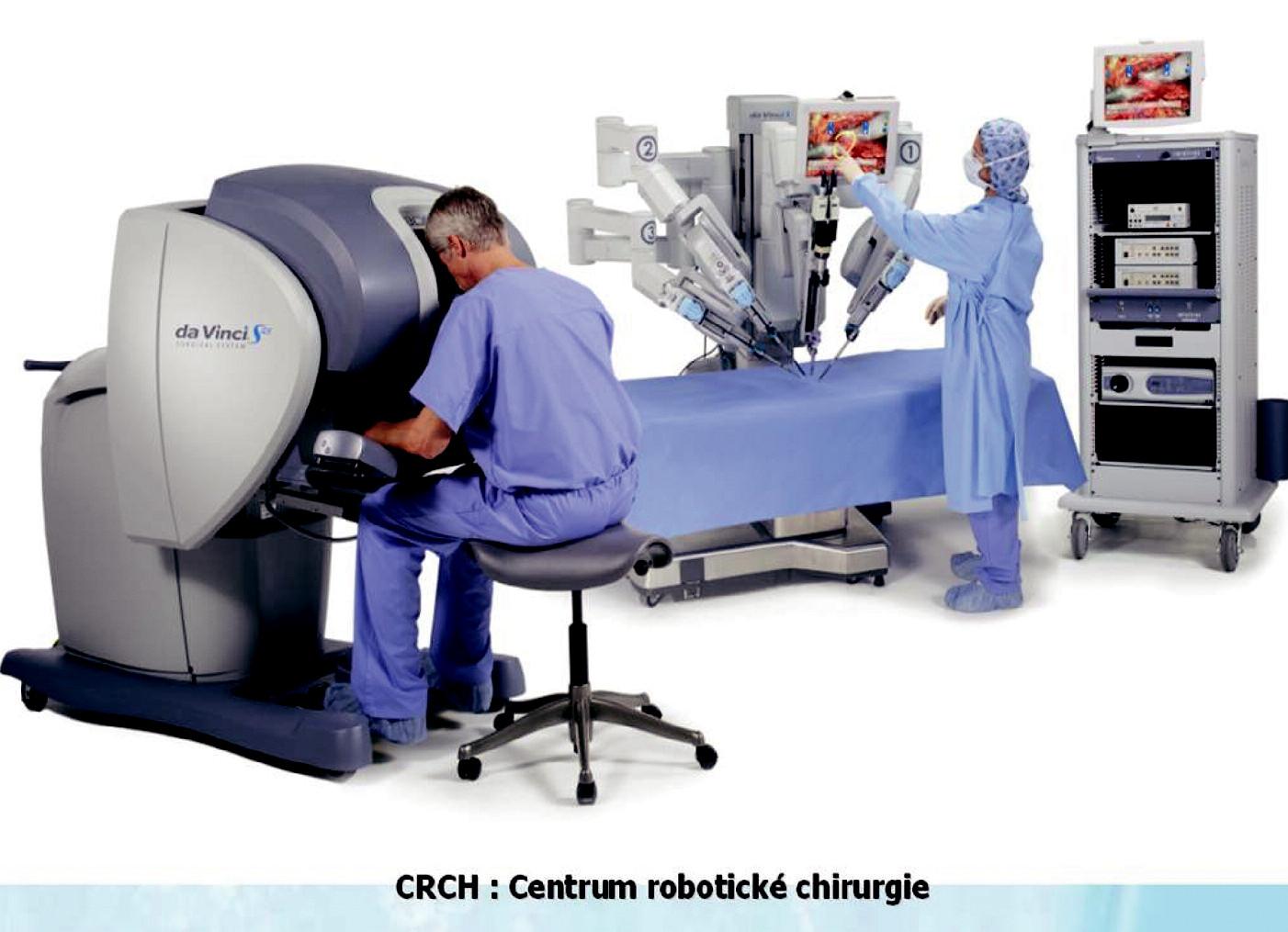Jednotlivé hlavní komponenty robotického systému daVinci (Intuitive Surgical<sup>®</sup>, USA). Ovládací konzola robotického operatéra, pacientská konzola, přístrojová multifunkční sestava pro insuflaci kapnoperitonea, zdroj studeného světla, elektrokoagulační a odsávací jednotka atd. na operačním sále pro robotickou chirurgii.