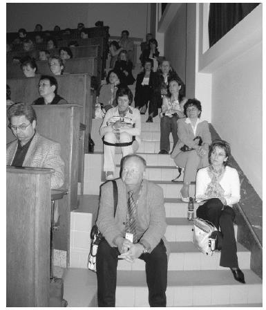 Přeplněná velká posluchárna – Wiedermannova přednáška na XX. OHD, přednáší prof. Kyle (USA) , který získal při této příležitosti i čestný doktorát UP v Olomouci