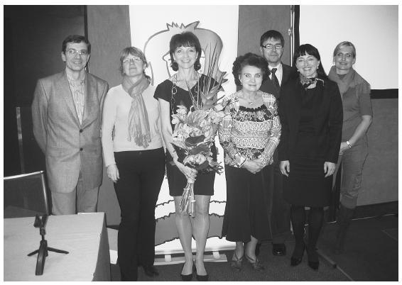 Členové výboru Pracovní skupiny pro akné: zleva prim. D. Stuchlík, as. N. Benáková, MUDr. Z. Nevoralová, doc. J. Rulcová, prim. D. Diamantová, MUDr. M. Havlíčková; v pozadí vítěz soutěže MUDr. P. Třeštík