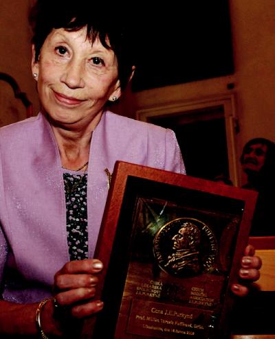 Prof. Terezie Fučíková s cenou J. E. Purkyně