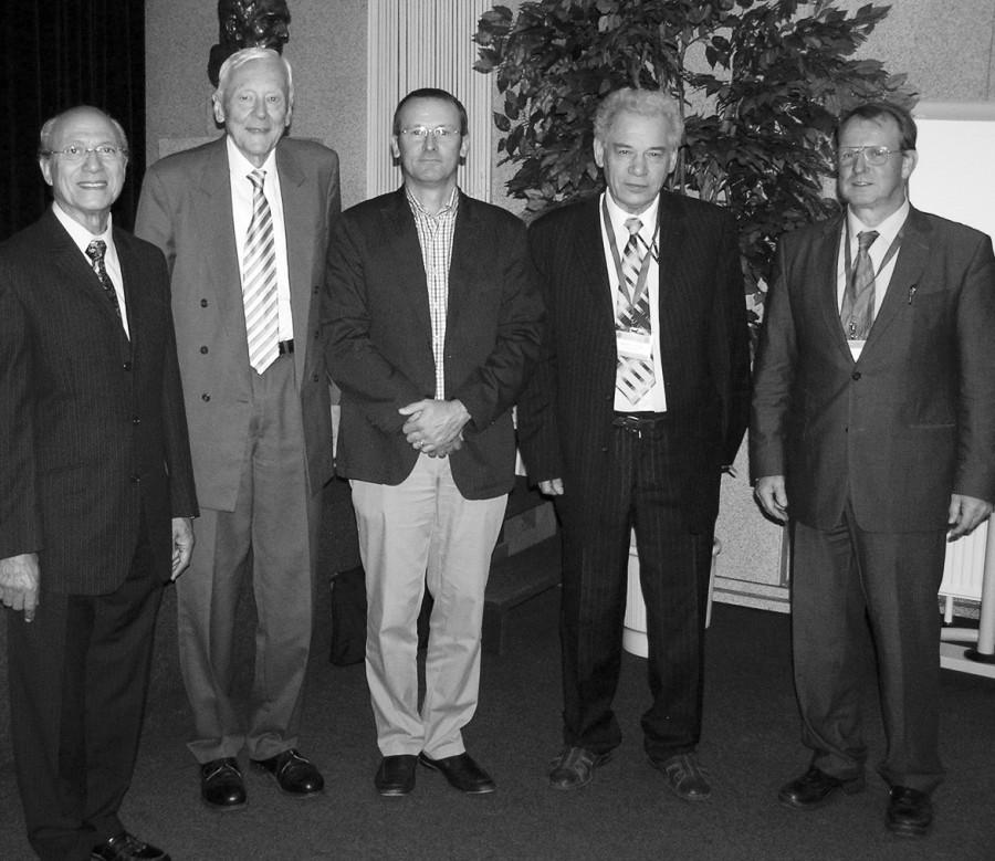 Čestní hosté sympozia a kongresu: prof. MUDr. Galal Zaki Said (Egypt) – 1. zleva, prof. MUDr. Geert Mortier (Belgie) – 3. zleva; předsedající prof. MUDr. RNDr. Eugen Strouhal, DrSc. – 2. zleva; prof. MUDr. Josef Hyánek, DrSc. – 4. zleva a doc. MUDr. Ivo Mařík, CSc. – 5. zleva