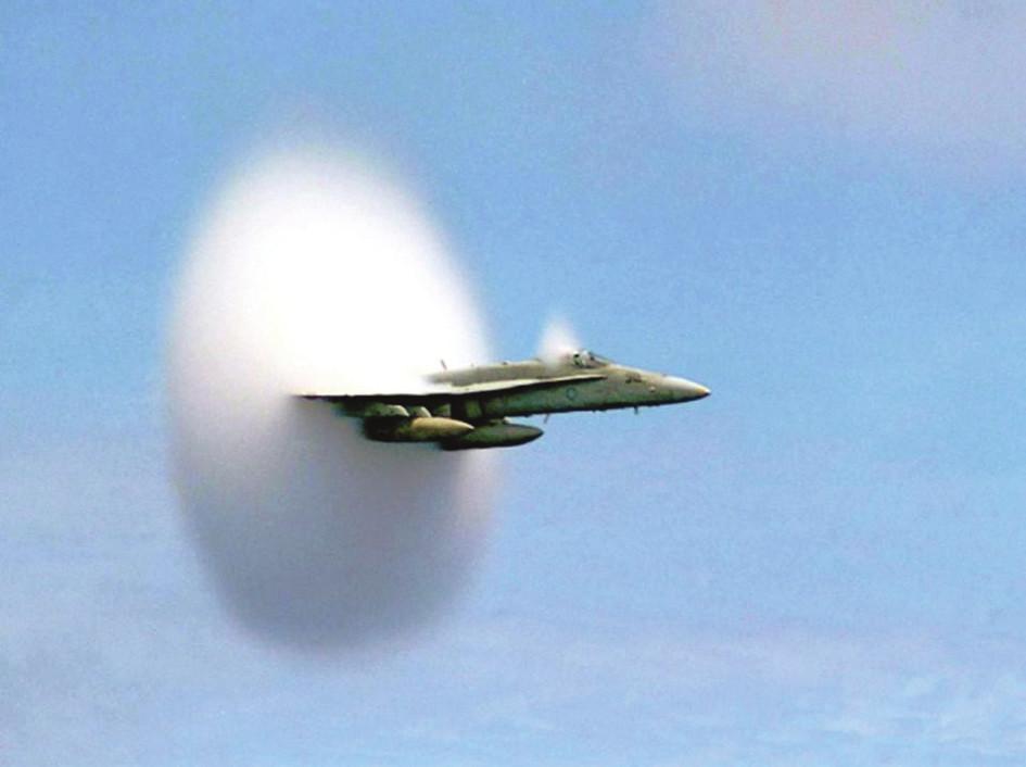 Sférický tvar rázové vlny /oblak kolem křídel/ u bojového letounu při dosažení rychlosti zvuku.