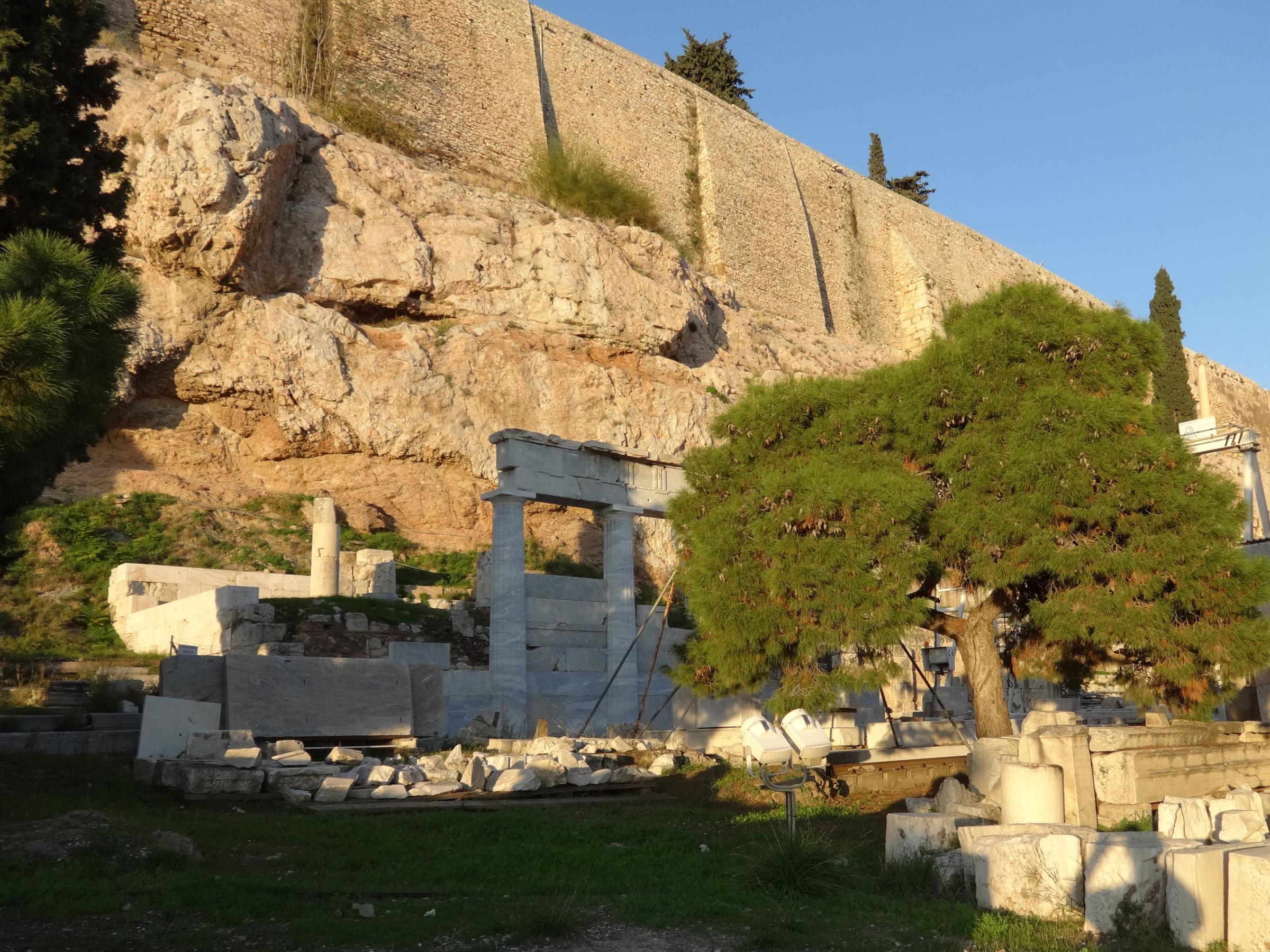 Asklepieion pod Akropolí – dórská stoa s rekonstruovanými sloupy